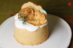 嘉義東區美食/「美街」木更咖啡是清水模建築!3種口味戚風蛋糕必點 店內還有展覽、古董老件